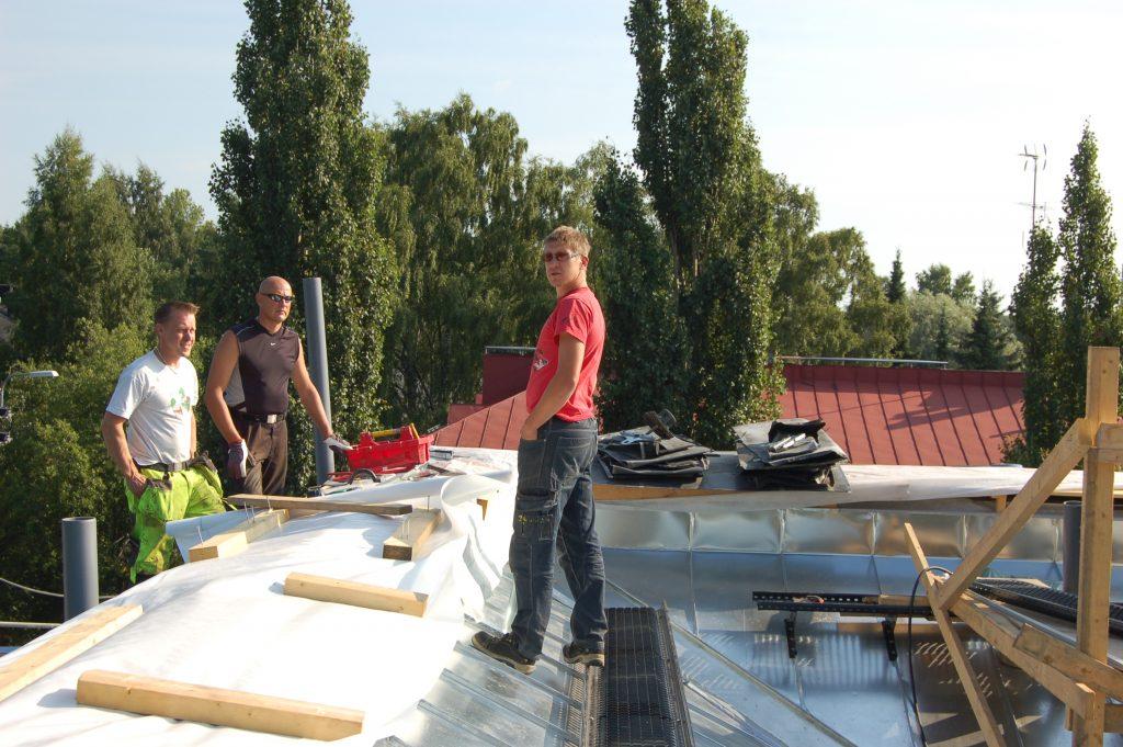 Helsinkiläisen kerrostalon kattoremontti. Kuva: Risto Saarikivi