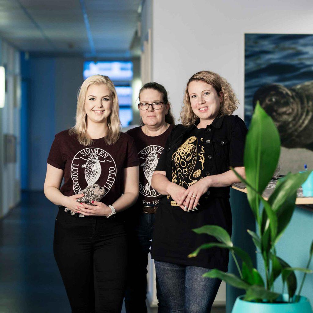 Suomen luonnonsuojeluliiton asiakaspalveluhenkilöstö Lauttasaaren toimistolla.